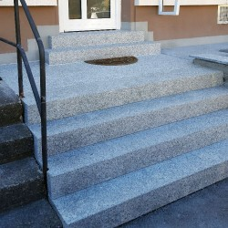 Granit-Blockstufen Griys Hellgrau 15 x 40 cm geflammt