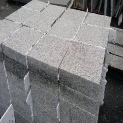 Granit Blockstufen Griys hellgrau 15 x 35 cm 100 cm lang