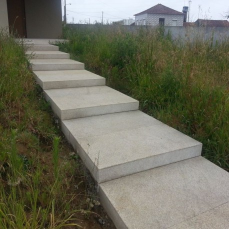 Sichtschutz mit granitstelen for Gartengestaltung thuja